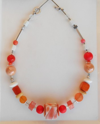 Collier rond cube rouge et orange et  son cube central, réf. C 104