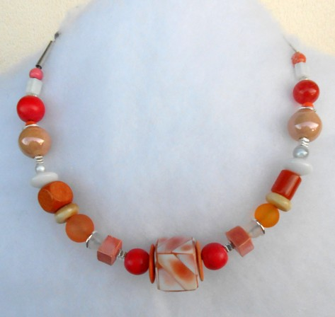 Collier rond rouge et orange et on cube central, réf. C 104